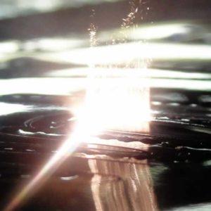 Particolare del laser su ricamo, mentre taglia la pelle.